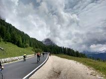 Roadbikers na ciclagem dos roadpass da montanha da dolomite subida Imagens de Stock