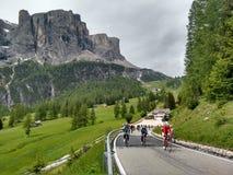 Roadbikers på att cykla för dolomitebergroadpass som är stigande Royaltyfri Foto