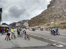 Roadbikers på dolomitebergroadpass Arkivfoto