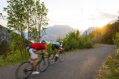 Roadcycling avec le mouvement brouillé au coucher du soleil Images libres de droits