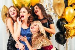 Roade flickor för utsmyckad cocktailpartyunderhållning royaltyfri fotografi