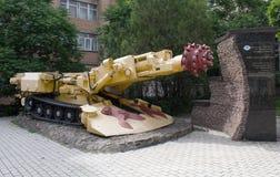 Roadheaderen KSP-32 monterade på den huvudsakliga gatan av Donetsk Royaltyfri Fotografi