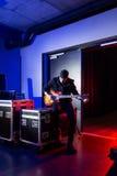 Roadie que ajusta uma guitarra para o guitarrista Fotos de Stock Royalty Free