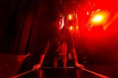 Roadie som rullar en flightcase på etappen Fotografering för Bildbyråer