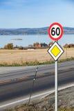 Roadsign de la carretera principal con límite de velocidad Fotografía de archivo