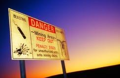 Roadsign del peligro en mina del ópalo Imagen de archivo libre de regalías