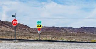 Roadsign längs USA-rutten 50 Nevada - den mest ensamma vägen i Amerika Royaltyfri Fotografi