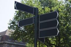Roadsign med åtskilliga riktningar Arkivbilder