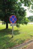 Roadsign nessun parcheggio con la freccia dell'indicatore Fotografia Stock Libera da Diritti