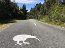 Roadsign Okarito kiwi nära Okarito, södra ö, Nya Zeeland fotografering för bildbyråer