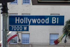Roadsign på 7000 kvarter av den Hollywood boulevarden royaltyfria bilder