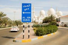 Roadsign und Abu Dhabi Grand Mosque Stockfoto