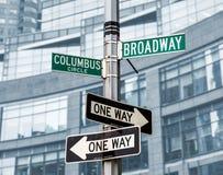 Roadsigns på hörnet av den Broadway och Columbus cirkeln Royaltyfri Foto