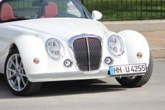 Roadster blanc de Mitsuoka garé à Monte Carlo, Monaco Photographie stock