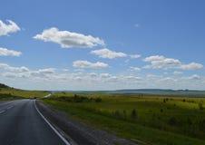 roadsummer betrekt het dag bosgebied van de de zomermist van de zonsondergangreis bewolkte van de de dag timelapse tijd van de de Royalty-vrije Stock Fotografie