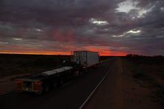 Roadtrain на шоссе stuart вечером Польза roadtrain в отдаленных областях Австралии двинуть перевозку эффективно, СЕВЕРНЫЕ ТЕРРИТО стоковое фото rf