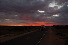 Roadtrain auf Stuart-Landstra?e nachts Ein roadtrain Gebrauch in den entlegenen Gebieten von Australien, Fracht leistungsf?hig zu lizenzfreie stockfotos
