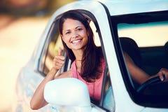 愉快Roadtrip的妇女 免版税库存照片