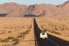 Roadtrip door namibian woestijn stock foto