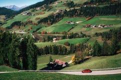 Roadtrip in macchina sulla strada in dolomia, Italia della montagna Fotografia Stock Libera da Diritti