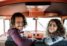 Μια νεολαία συνδέει σε ένα roadtrip μέσω της επαρχίας, οδήγηση minivan στοκ εικόνα με δικαίωμα ελεύθερης χρήσης