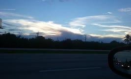 Roadtrip-Sonnenuntergang-Fensterrückspiegel Stockfoto