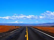 Roadtrip sulla strada aperta con il contesto della montagna Immagine Stock Libera da Diritti