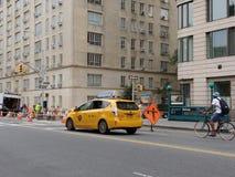 Roadworken i New York City, taxi och cyklar undviker konstruktion, NYC, NY, USA Arkivbild