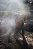 Roadworker repaves el camino con el vapor, impulsión de Encino, opinión del roble, California, los E.E.U.U. Foto de archivo