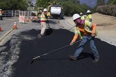 Roadworkers repaves la strada con vapore, azionamento di Encino, punto di vista della quercia, la California, U.S.A. fotografia stock