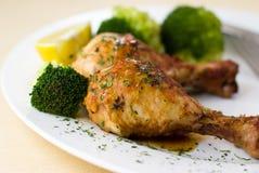 Roast κοτόπουλο με το μπρόκολο και το λεμόνι Στοκ Εικόνα