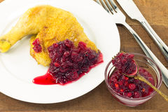 Roast κοτόπουλο με τη σάλτσα των βακκίνιων Στοκ Φωτογραφίες