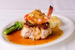 Roast χοιρινό κρέας και πιάτο γαρίδων Στοκ Φωτογραφίες