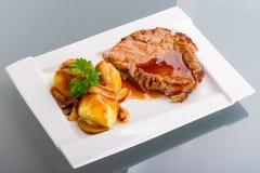 Roast χοιρινό κρέας με το ζωμό και τις πατάτες στοκ εικόνα με δικαίωμα ελεύθερης χρήσης