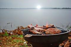 Roastbeef auf einem heißen Ofen morgens mit dichtem Nebel, Fluss Lizenzfreie Stockbilder