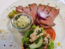 Roastbeef avec Remoulade et salade photographie stock libre de droits