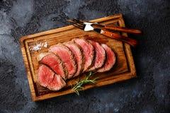 Roastbeef grillé découpé en tranches de bifteck de filet images libres de droits