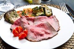 Roastbeef met geroosterde groenten Royalty-vrije Stock Foto's