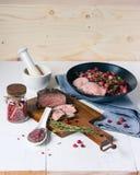 Roastbeef mit reifen Rote-Bete-Wurzeln und Moosbeeren Lizenzfreies Stockfoto