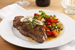 Roastbeef mit Salat Lizenzfreie Stockfotos