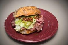 Roastbeef-Sandwich auf roter Platte Lizenzfreie Stockfotos