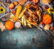 Roasted充塞了整个火鸡或鸡与有机收获菜、南瓜和玉米在r供应的感恩晚餐的 库存图片