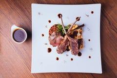 Roasted澳大利亚羊羔机架顶视图服务用ratatouille和国家土豆 免版税库存图片