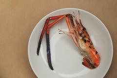 Roasted烤了在白色板材准备的大虾 图库摄影