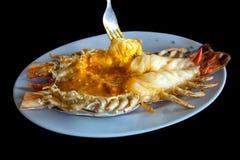 Roasted烤了巨型河虾或大虾在蓝色板材,泰国样式食物在黑背景中 免版税库存图片