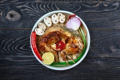 Roasted зажарило в духовке кролика с соусом сметаны с овощами и грибами праздничная еда лакомка еды принципиальной схемы питатель стоковое фото rf