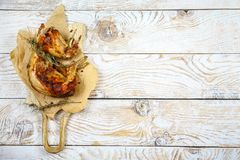 Roasted зажарило в духовке кролика с соусом сметаны с розмариновым маслом праздничная еда лакомка еды принципиальной схемы питате стоковые изображения rf