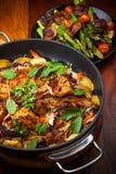 Roasted зажарило в духовке кролика на овощах стоковые изображения rf