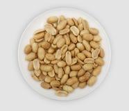 Roasted посолило арахисы на белой плите стоковое изображение
