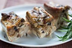 Roasted cortou os reforços de carne de porco do assado, foco na carne cortada Fotografia de Stock Royalty Free
